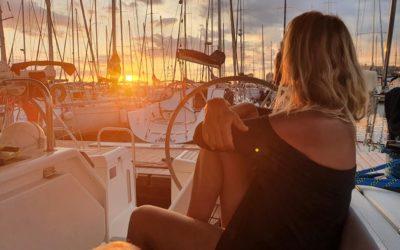 Scrittura rituale al tramonto in barca a vela